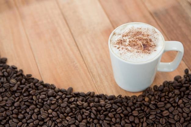Kaffeetasse mit gerösteten kaffeebohnen