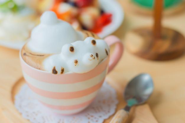 Kaffeetasse mit kaffee und bärenförmigem milchschaum