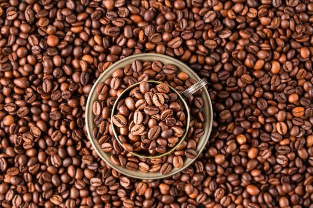 Kaffeetasse mit kaffeebohnen. ansicht von oben