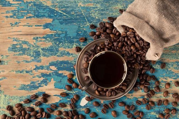 Kaffeetasse mit kaffeetasche auf holztisch