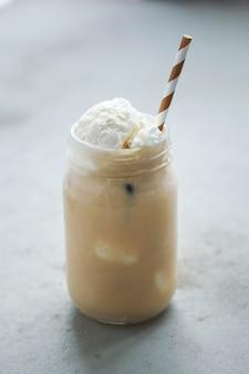 Kaffeetasse mit karamell und schlagsahne