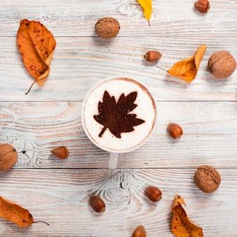 Kaffeetasse mit kastanien und walnüssen