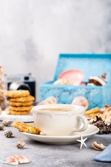 Kaffeetasse mit keksen