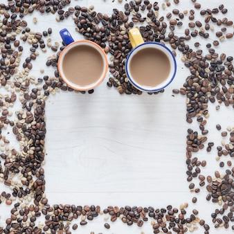 Kaffeetasse mit rohen und röstkaffeebohnen auf hölzernem hintergrund