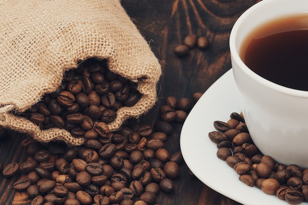 Kaffeetasse mit sack sack gerösteten bohnen