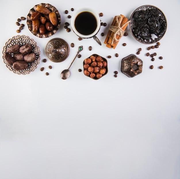 Kaffeetasse mit trockenfrüchten und haselnüssen