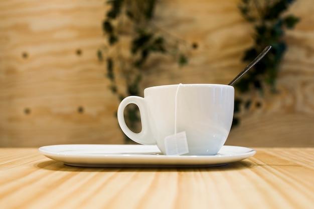 Kaffeetasse mit unscharfem hintergrund