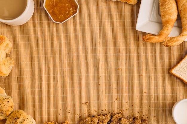 Kaffeetasse mit verschiedener bäckerei und marmelade