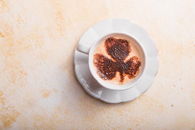 Kaffeetasse mit vierblättrigem kleeblatt latte art