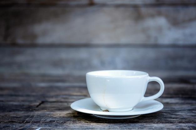 Kaffeetasse mit wandhintergrund.