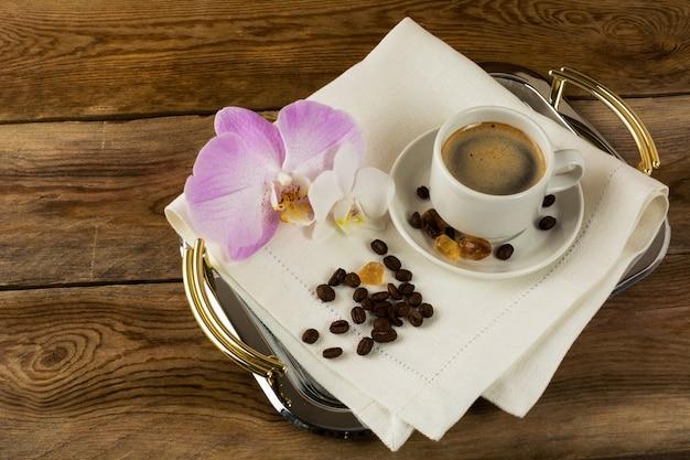 Kaffeetasse mit weißen und rosa orchideen