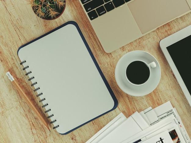 Kaffeetasse-notizbuch und der kaktus