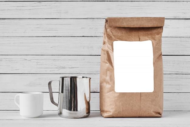Kaffeetasse, papiertüte und krug aus edelstahl