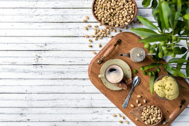 Kaffeetasse, snacks und nachtisch auf weißem hölzernem hintergrund
