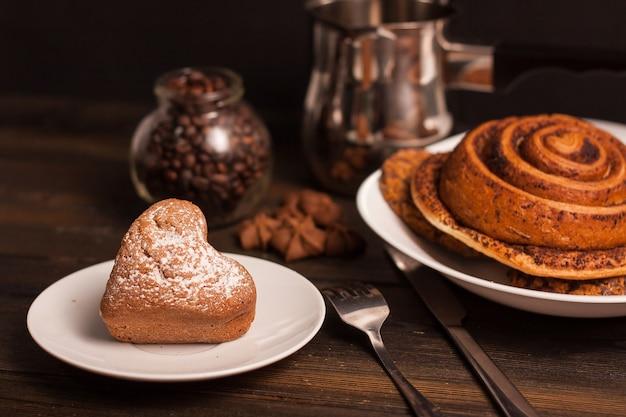 Kaffeetasse süßigkeiten holztisch, der frühstück kocht
