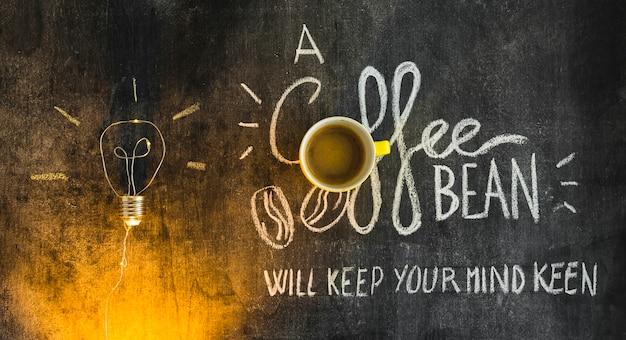 Kaffeetasse über dem text auf tafel mit belichteter glühlampe