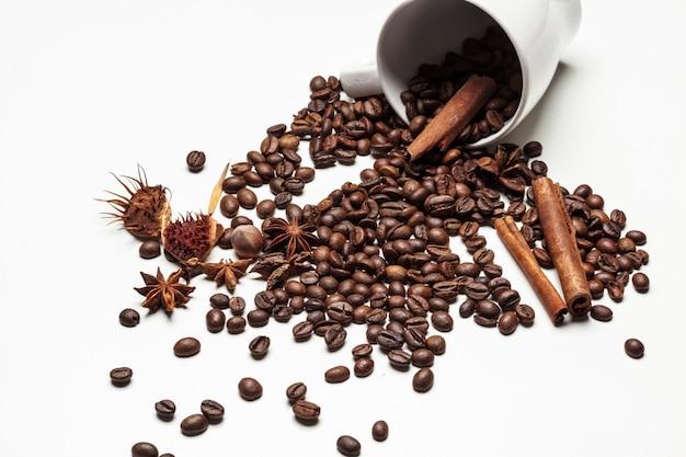Kaffeetasse und bohnen auf einem weißen hintergrund