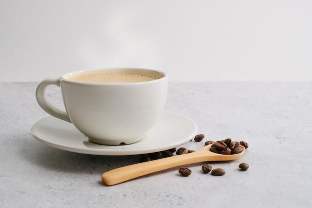 Kaffeetasse und bohnen draufsicht mit copyspace für menü, braukoffeingetränk und modernen stil. feine getränk und modernen stil.