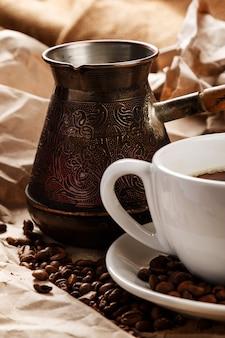 Kaffeetasse und cezve für türkischen kaffee