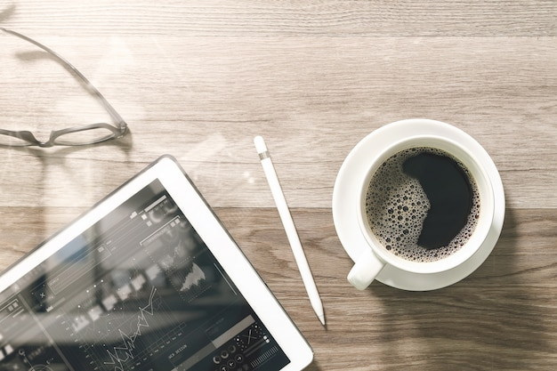 Kaffeetasse und digital-tabelle koppeln intelligente tastatur und brillen mit griffelstift auf holztisch an.