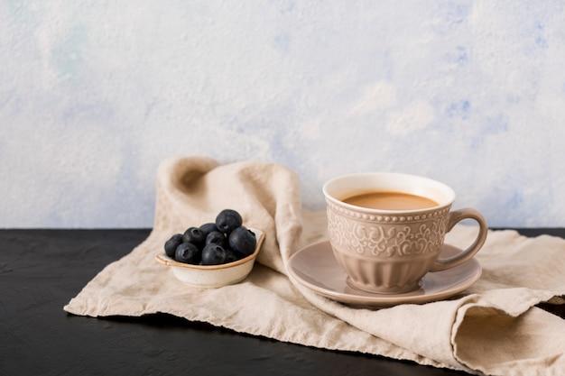 Kaffeetasse und heidelbeeren