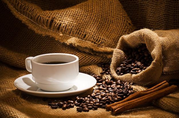 Kaffeetasse und kaffeebohnen herum