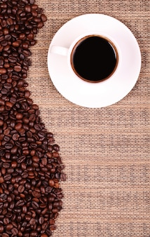 Kaffeetasse und kaffeebohnen