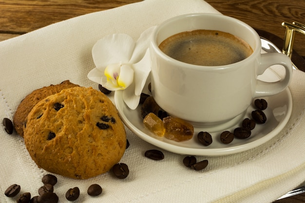 Kaffeetasse und kekse auf dem serviertablett