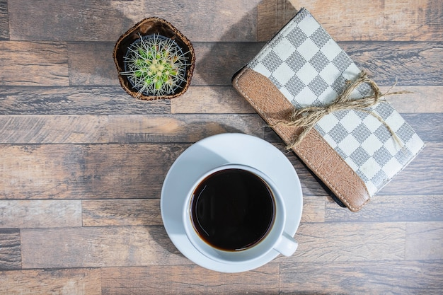 Kaffeetasse und notizbuch auf dem schreibtisch
