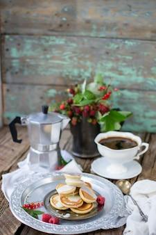 Kaffeetasse und pfannkuchen