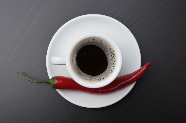 Kaffeetasse und rote chilischoten