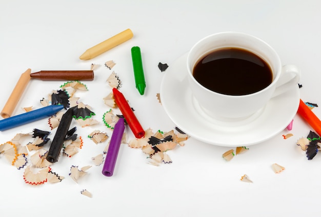 Kaffeetasse und scharfe bleistifte mit dem bleistift-rasieren