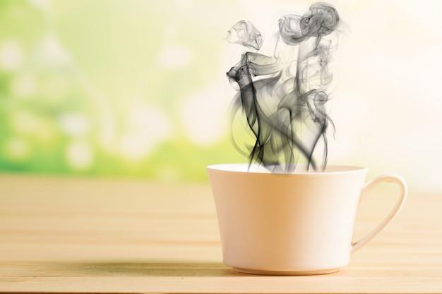 Kaffeetasse und schwarzer rauch