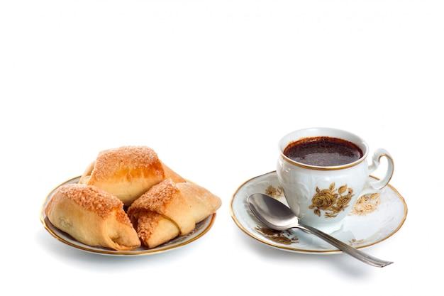 Kaffeetasse und untertasse kuchen