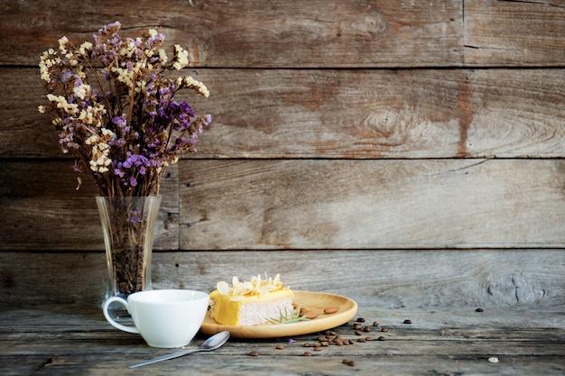 Kaffeetasse und vase an der wand.