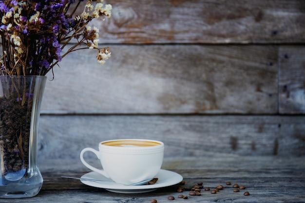 Kaffeetasse und vase auf holz.
