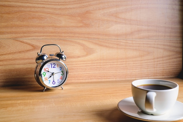 Kaffeetasse und wecker mit dem morgen
