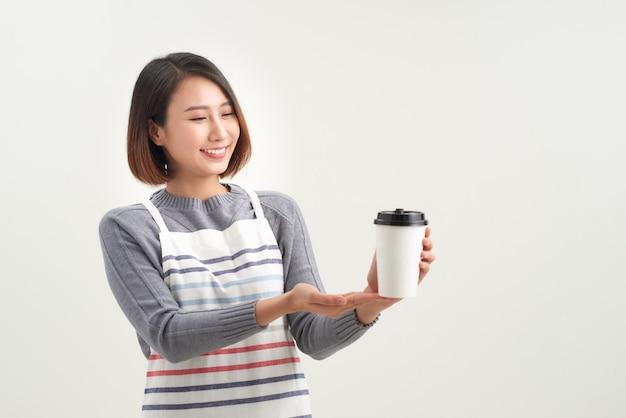 Kaffeetasse zum mitnehmen von einem barista, kellner oder profi hingehalten