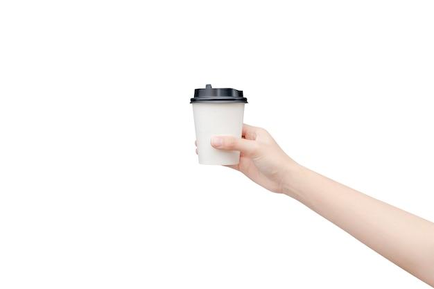 Kaffeetasse zum mitnehmen. weibliche hand, die eine kaffeepapierschale lokalisiert auf weiß mit beschneidungspfad hält.