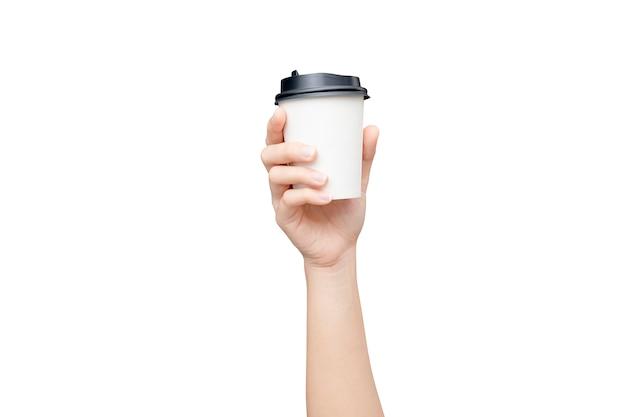 Kaffeetasse zum mitnehmen. weibliche hand, die eine kaffeepapierschale lokalisiert hält