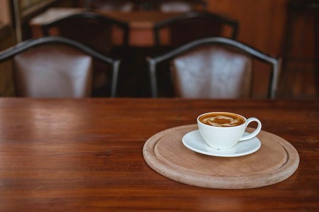 Kaffeetassen auf einem holztisch in einem café
