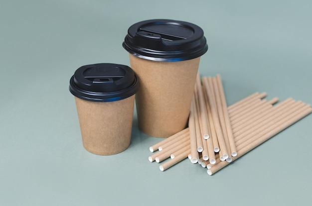 Kaffeetassen aus papier mit papierstroh. umweltfreundliches design. kein verlust