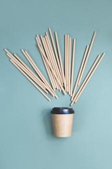Kaffeetassen aus papier mit papierstrohspritzer. umweltfreundliches design. kein verlust