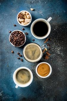 Kaffeetassen mit bohnen und gemahlenem kaffee