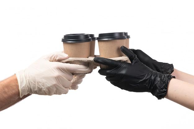 Kaffeetassen mit vorderansicht, die von weiblich zu männlich liefern