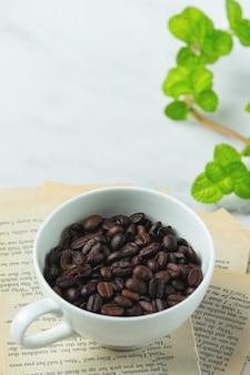 Kaffeetassen und bohnen, internationales kaffeetagskonzept