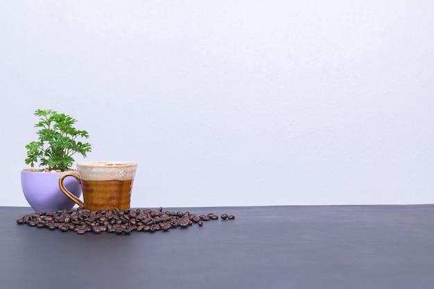 Kaffeetassen und kaffeebohnen stehen auf dem schreibtisch