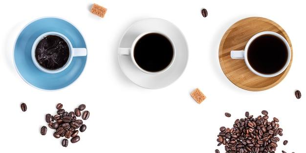 Kaffeetassen und süßigkeiten auf einem weißen hintergrund