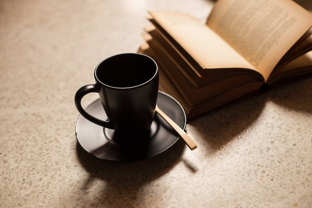 Kaffeetassen zu büchern
