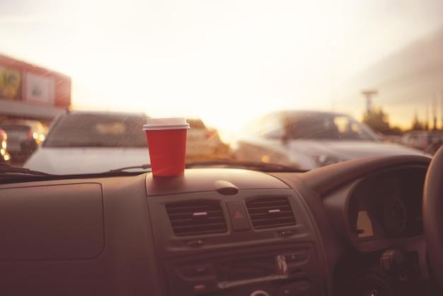 Kaffeetrinken im pappbecher während der fahrt im auto